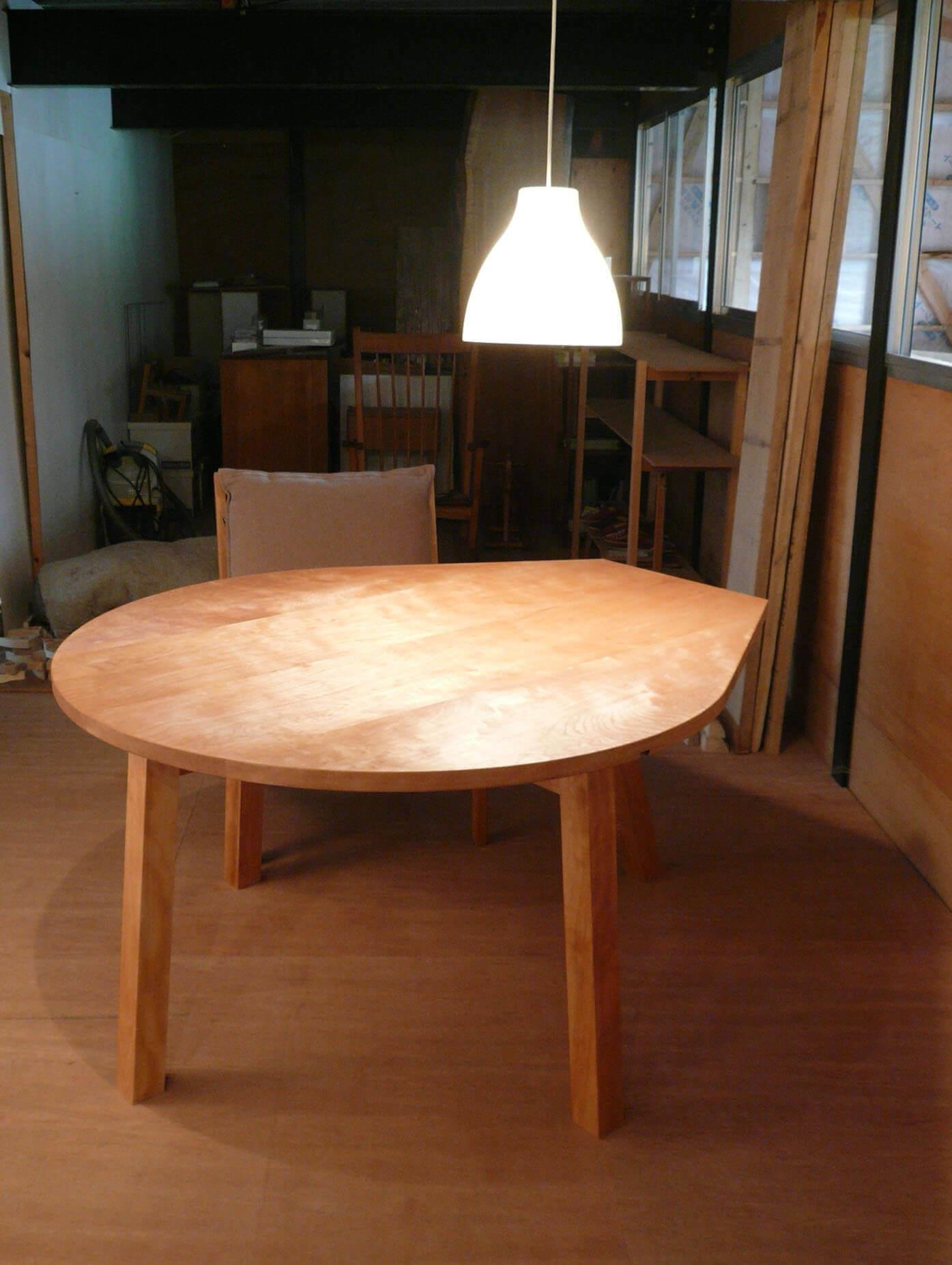 港北N邸の涙型テーブルは「じっくり、ゆっくり、テーブルを囲む」がテーマ
