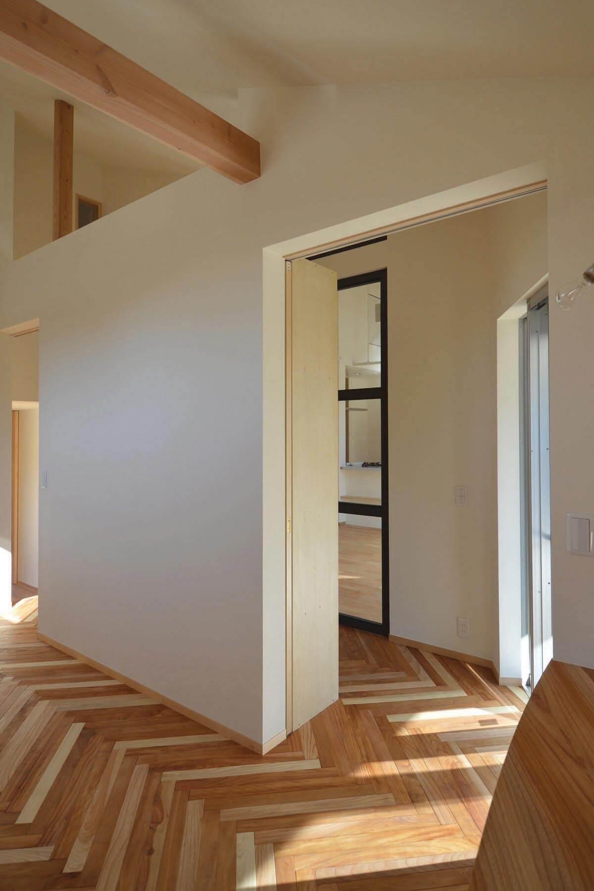 緑区A邸の趣味室から、黒フレーム内窓を通してダイニング方向への眺め
