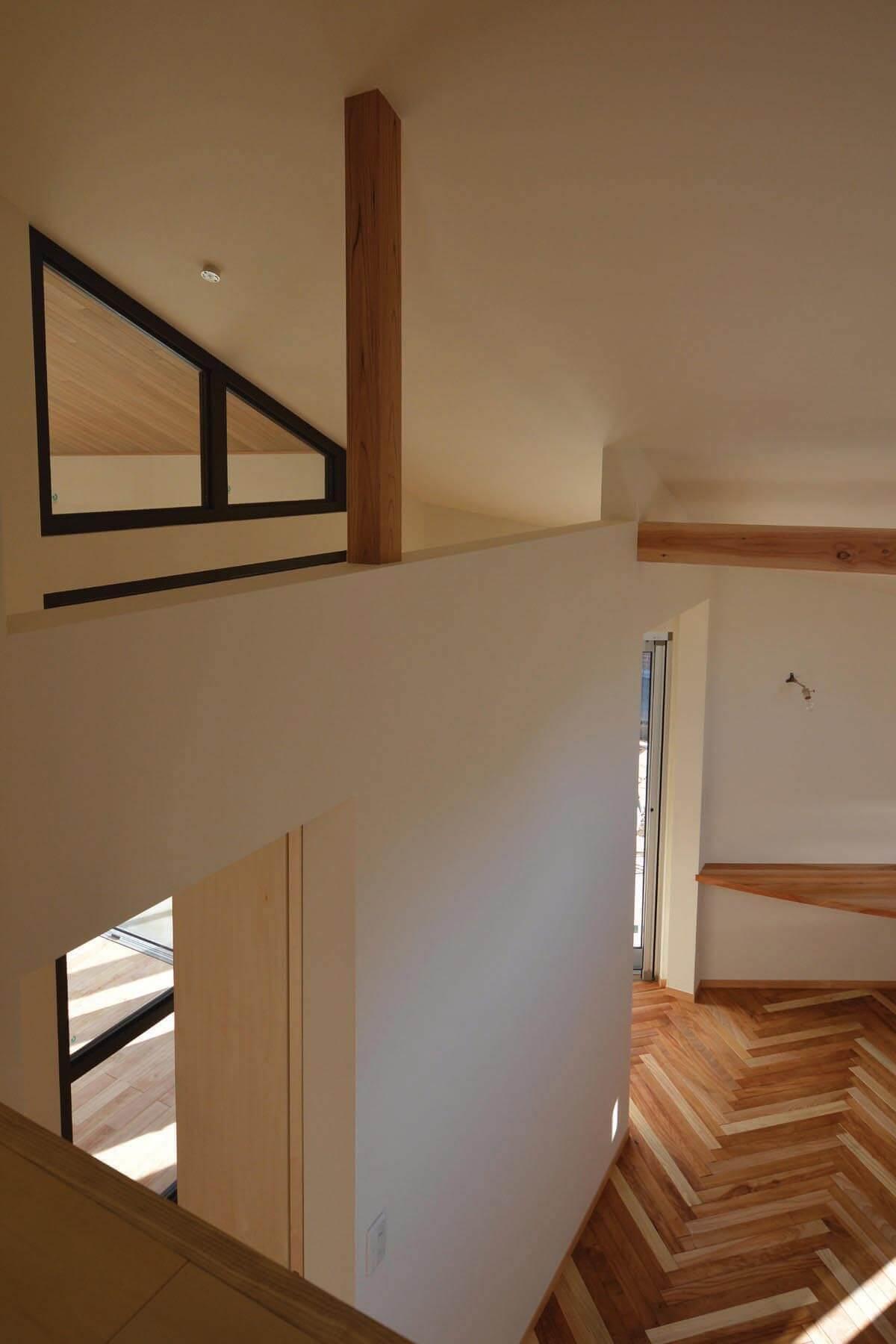 緑区A邸のロフトから奥様の趣味室そして黒内窓を通してダイニングのカシ木張り天井への眺め