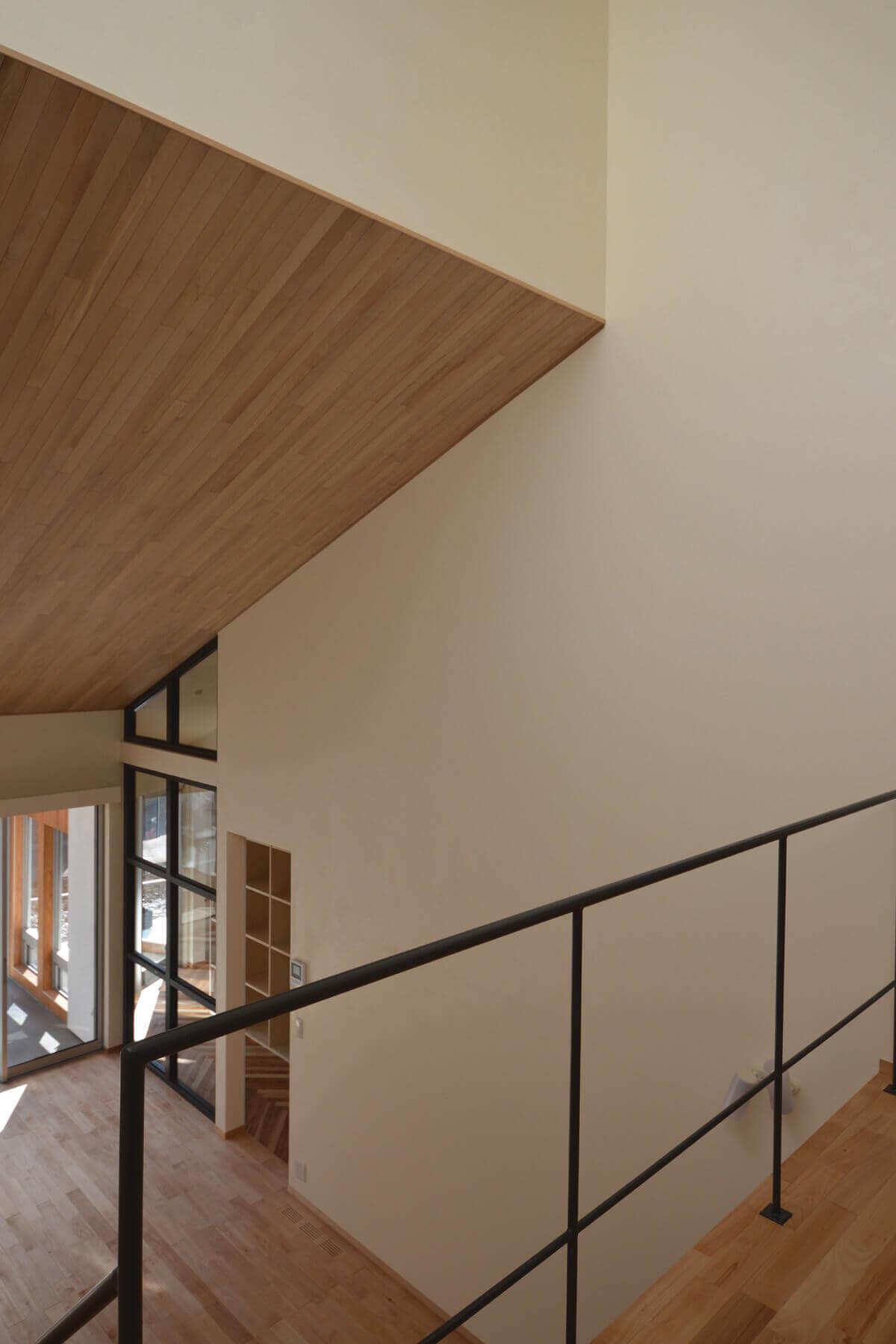 緑区A邸の2階から奥に見えるフレームは、木製の枠を黒くペイントしました