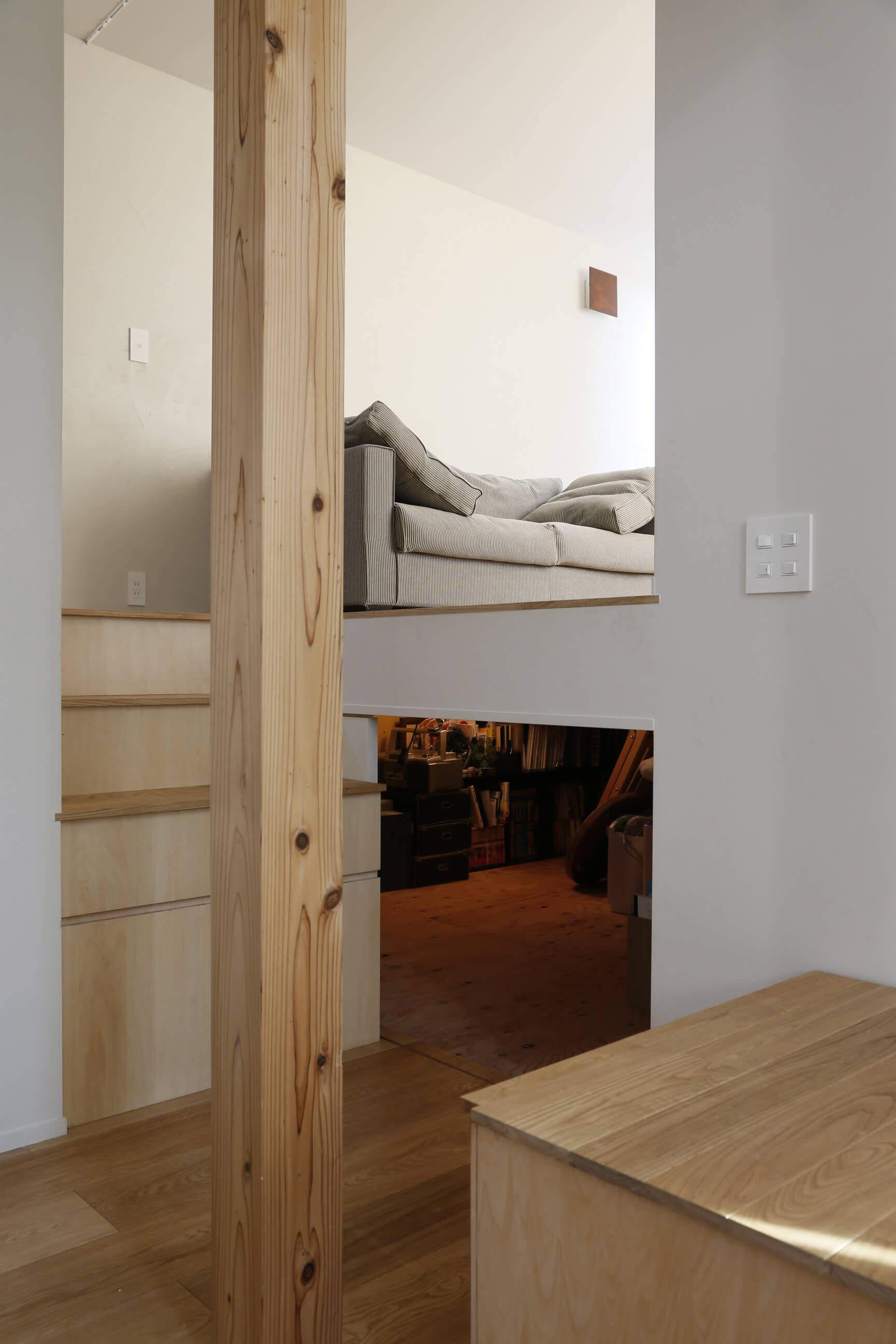登戸Y邸の内装、床下収納。2段目までの階段は可動式