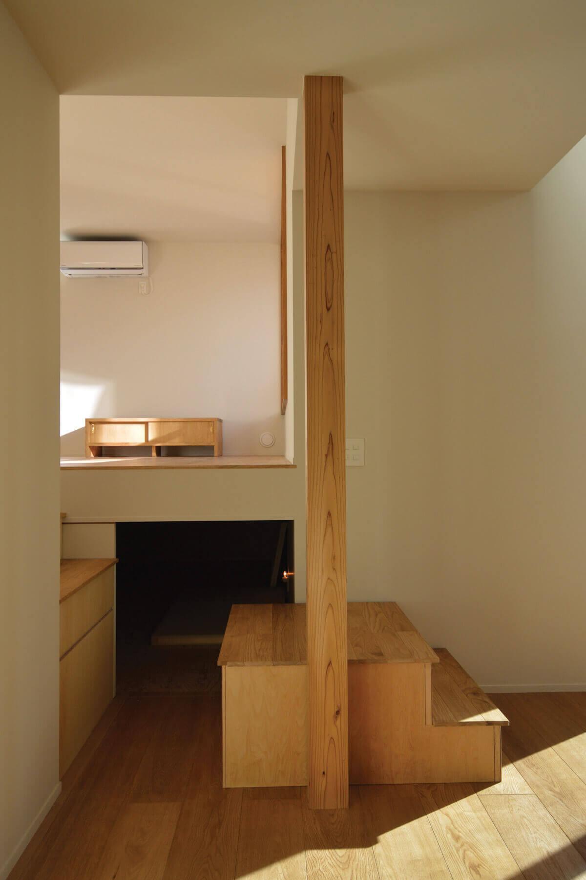 登戸Y邸の内装、居間下部の大容量の収納