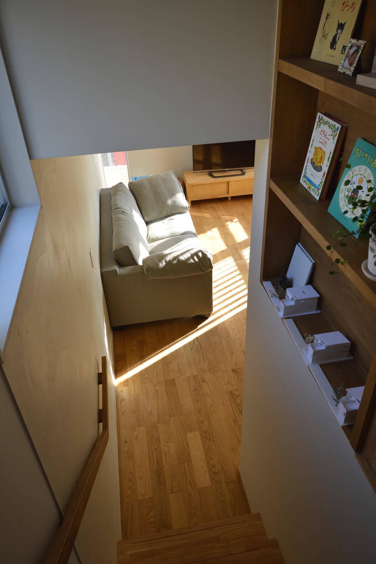 登戸Y邸の内装、階段のデッドスペースを棚として利用