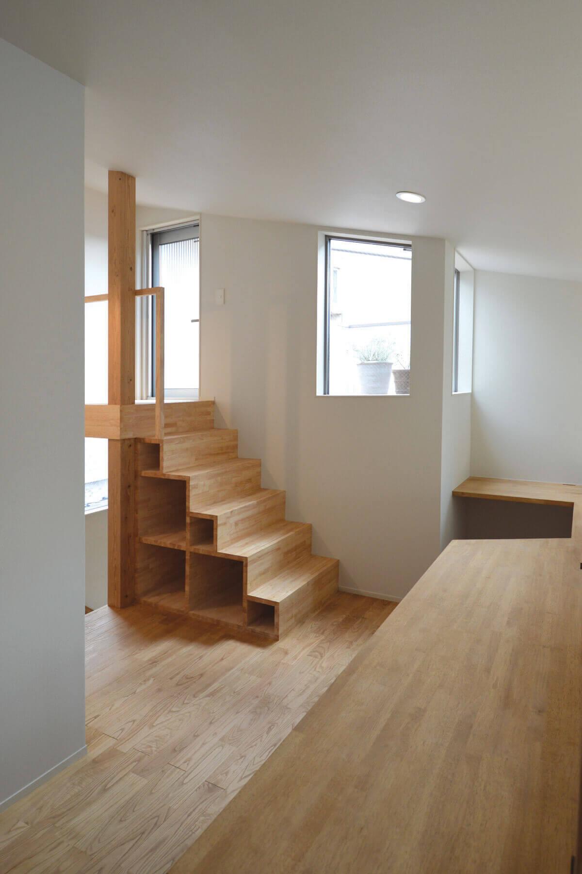 登戸Y邸の内装、ワークスペースとデッキ敷きの屋上テラスへの階段と