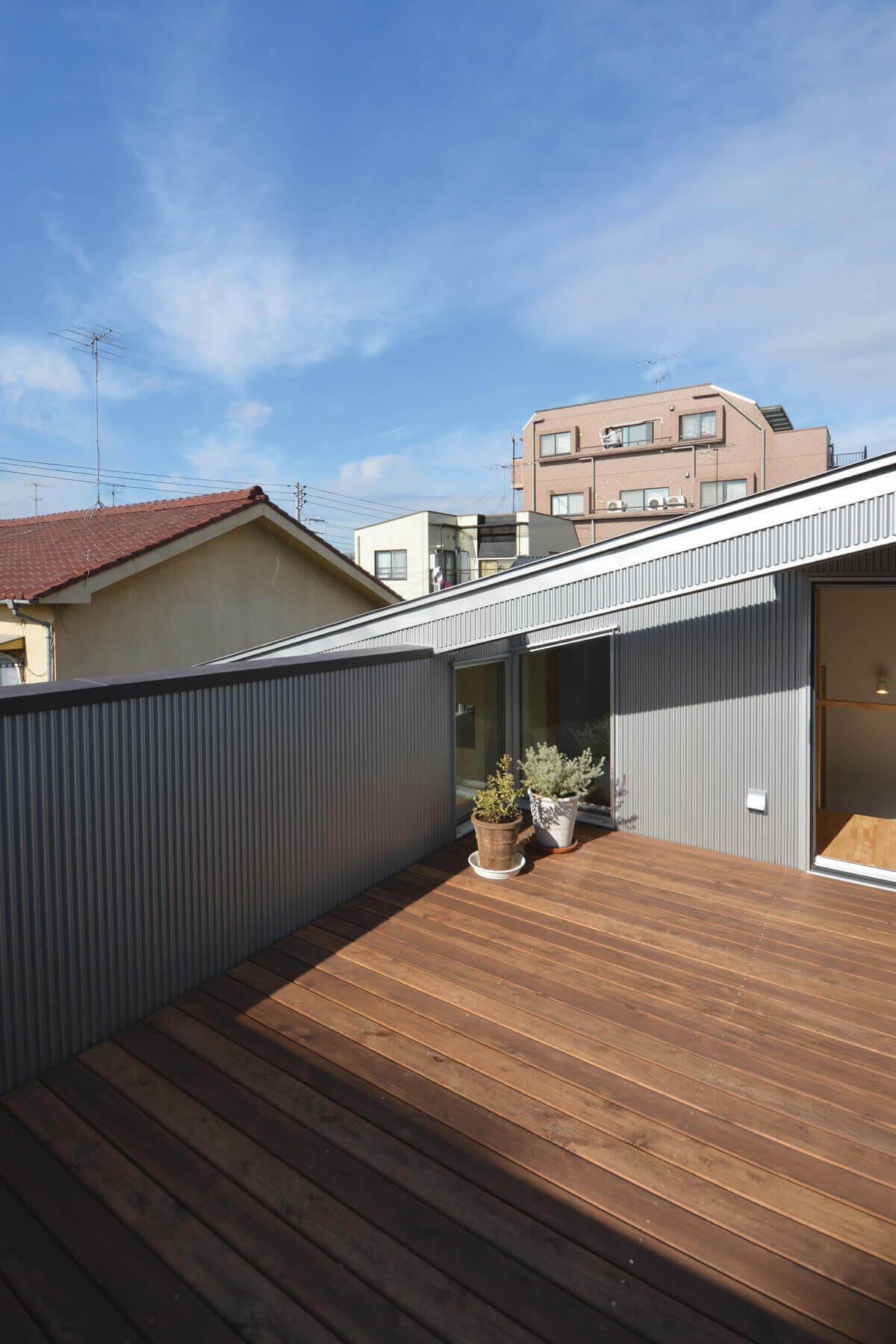 登戸Y邸、デッキ敷きの屋上テラス