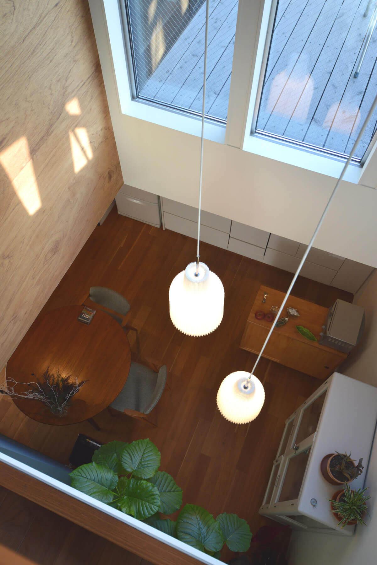 石神井U邸の内装、多目的室から吹抜けを介して1階ダイニングへの眺め