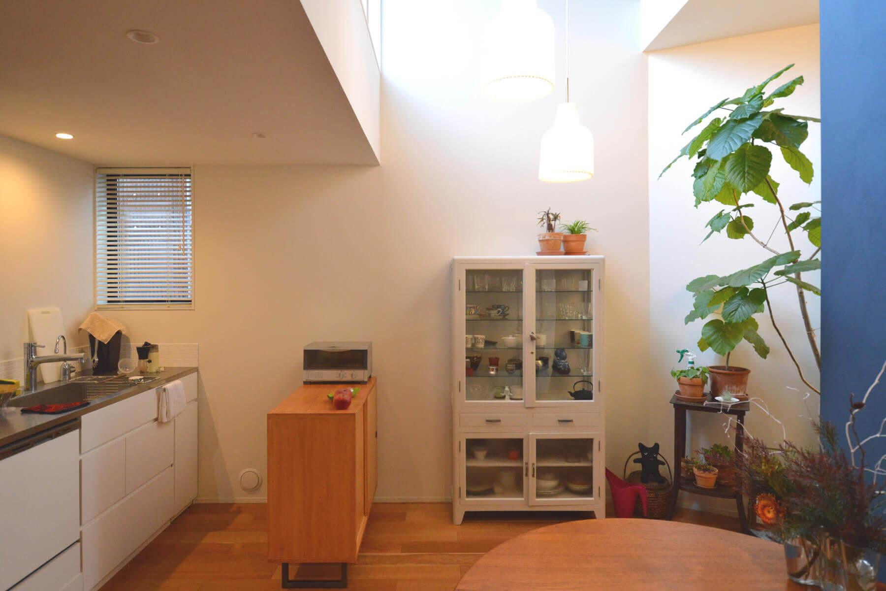 石神井U邸の内装、2階のテラスからの光が注ぐキッチン