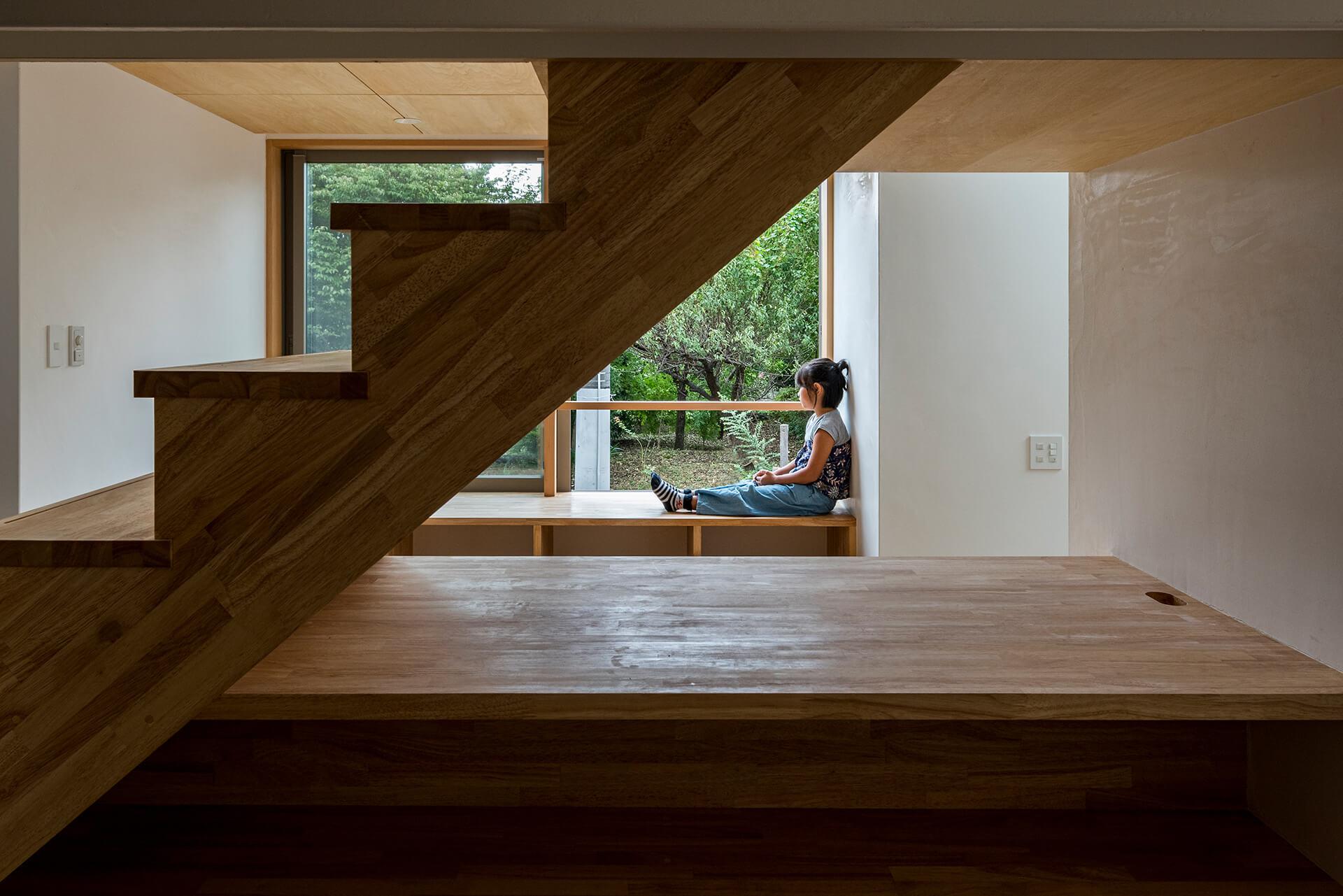 狛江S邸 階段側から見た物見椅子と借景