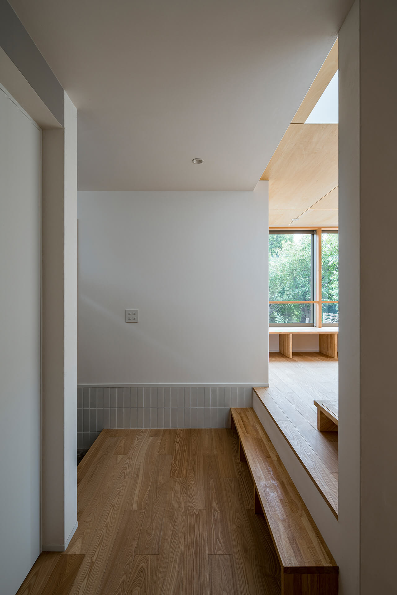 狛江S邸 巾木タイルのある玄関ホール