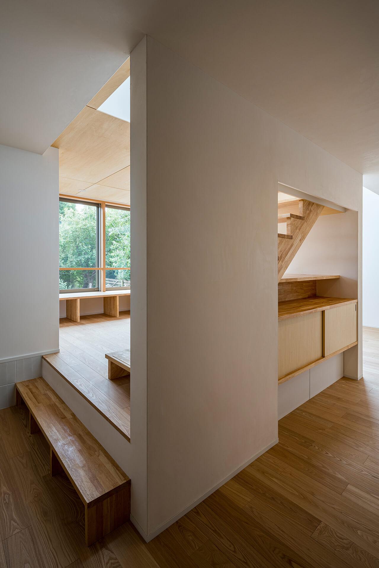狛江S邸 借景のあるリビング上と階段斜め方向から