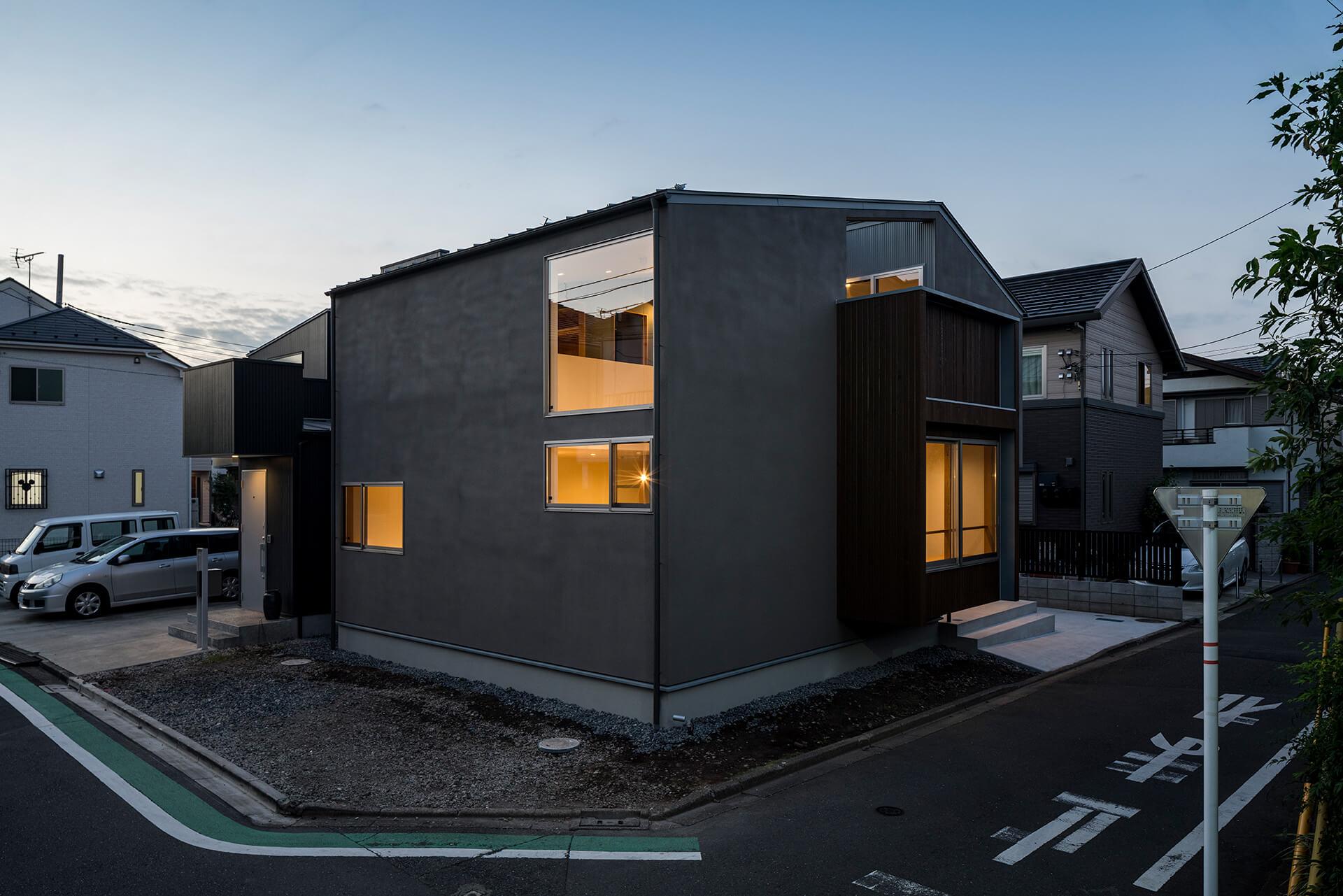 狛江S邸 夕景の南東からの外観写真