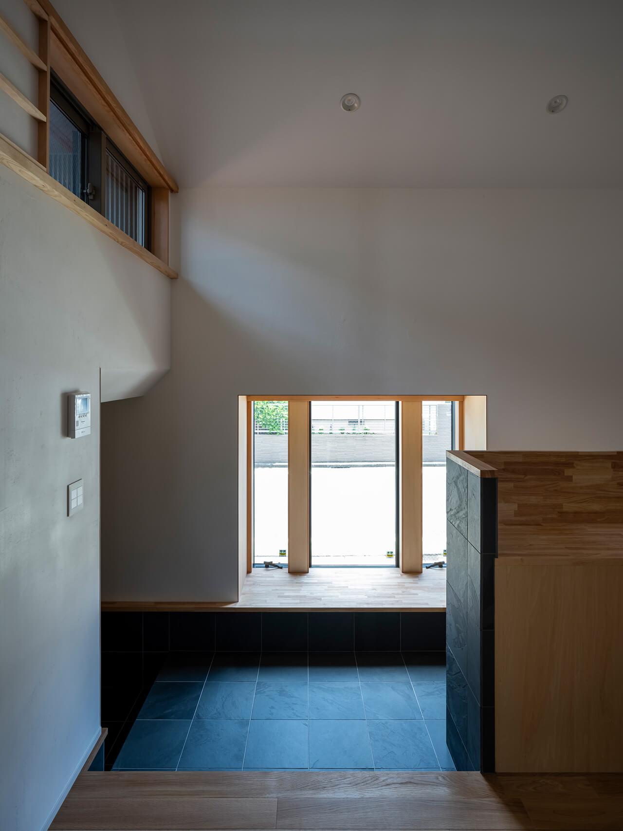 浦和S邸 出窓と玄関土間