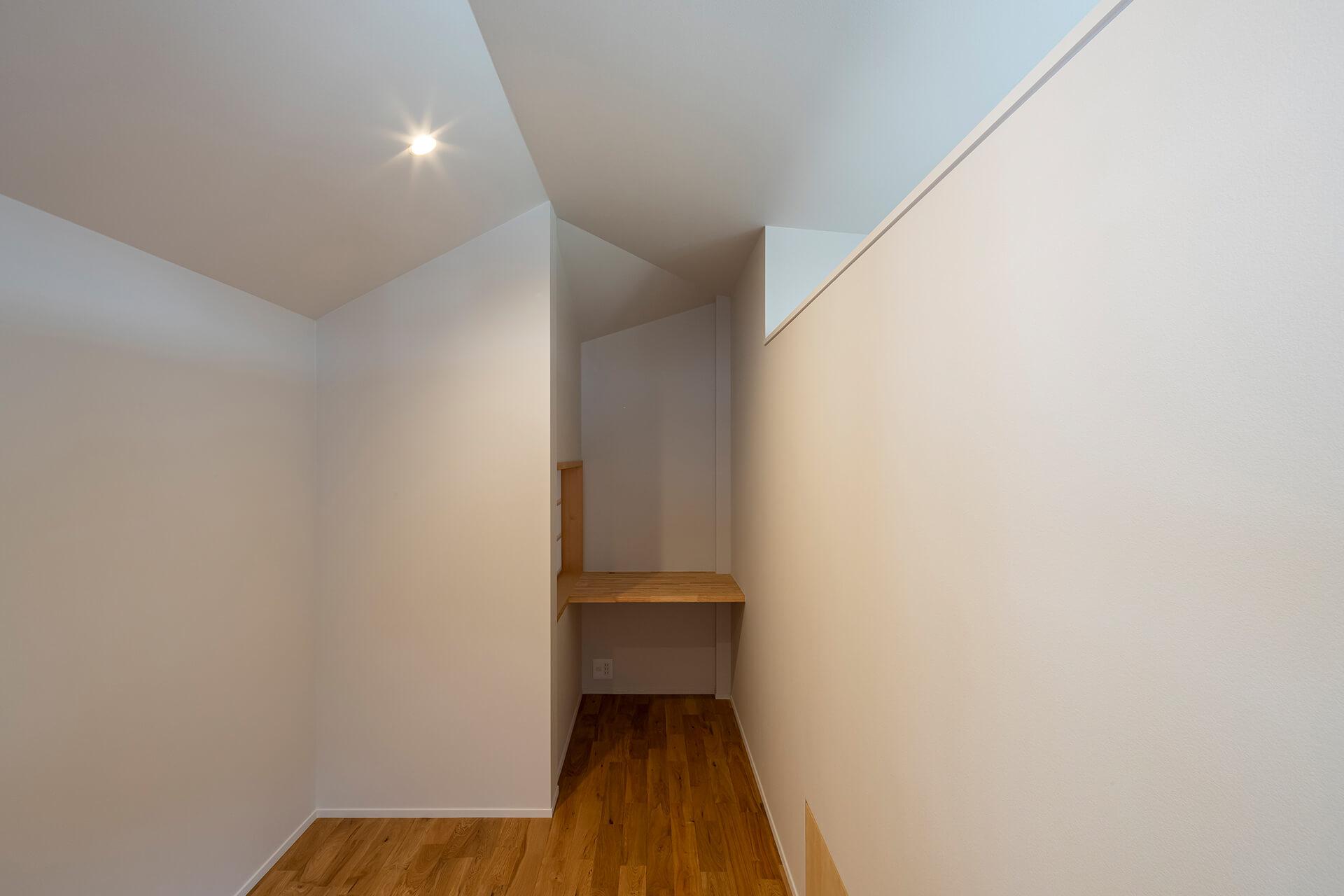 浦和S邸 折れ天井のある個室
